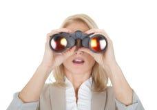 Donne di affari che osservano tramite il binocolo Fotografie Stock