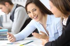 Donne di affari che parlano all'ufficio Fotografia Stock