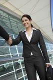 Donne di affari che si accolgono Immagine Stock Libera da Diritti