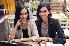 Donne di affari che si siedono ad un ristorante Fotografia Stock