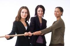 Donne di affari che tirano insieme Fotografie Stock Libere da Diritti