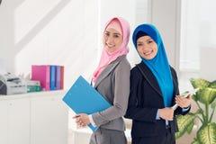 Donne di affari con i documenti fotografie stock libere da diritti