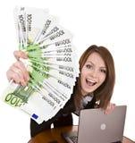 Donne di affari con il gruppo di soldi e di computer portatile. Immagini Stock