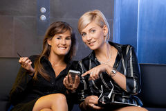 Donne di affari con il telefono astuto Immagine Stock