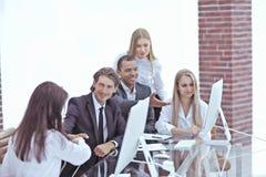 Donne di affari della stretta di mano con il socio commerciale al tavolo delle trattative fotografia stock libera da diritti