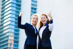 Donne di affari emozionanti che danno i pollici su Immagine Stock Libera da Diritti