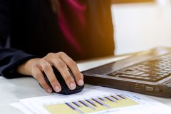 Donne di affari facendo uso del funzionamento del computer portatile immagini stock