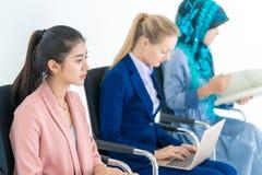 Donne di affari di fiducia che si siedono nella conferenza di intervista fotografie stock