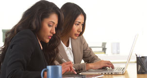 donne di affari Multi-etniche che effettuano ricerca allo scrittorio Fotografia Stock Libera da Diritti