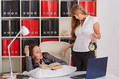 Donne di affari stanche nell'ufficio Fotografia Stock