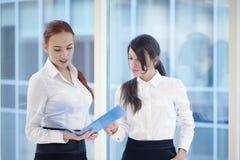 Donne di affari in ufficio Immagini Stock