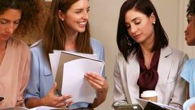 Donne di affari in una riunione video d archivio