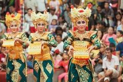 Donne di balinese che ballano ballo tradizionale Legong del tempio Immagine Stock