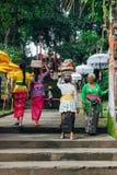 Donne di balinese con i canestri sulle teste Fotografia Stock Libera da Diritti