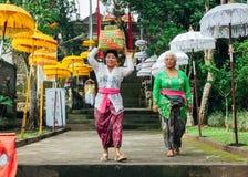 Donne di balinese in vestiti tradizionali Fotografia Stock