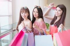 Donne di bellezza in centro commerciale Fotografia Stock Libera da Diritti