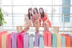 Donne di bellezza in centro commerciale Fotografia Stock