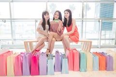 Donne di bellezza in centro commerciale Fotografie Stock Libere da Diritti