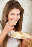 Donne di bellezza che mangiano i chip Fotografia Stock
