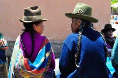 Donne di conversazione sul servizio in Pisac, Perù di domenica. Fotografia Stock