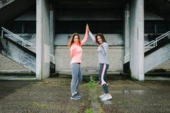 Donne di forma fisica che fiving per il successo di allenamento e di motivazione Fotografia Stock Libera da Diritti