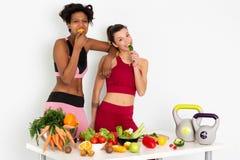 Donne di forma fisica che mangiano le immagini di riserva delle verdure e metraggio di riserva immagini stock