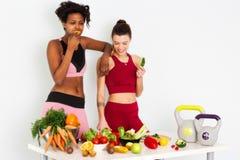 Donne di forma fisica che mangiano le immagini di riserva delle verdure e metraggio di riserva immagine stock libera da diritti