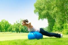 Donne di forma fisica che si esercitano all'aperto Fotografia Stock