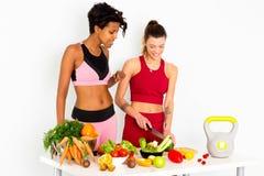 Donne di forma fisica che tagliano le immagini di riserva dell'insalata fotografia stock