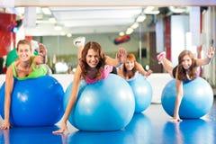 Donne di forma fisica di ginnastica - addestramento e allenamento Immagine Stock