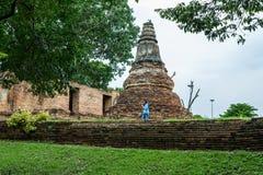 Donne di giorno di Visakabucha che camminano intorno alla vecchia pagoda in Wat Khun Inthapramun, Angthong, Tailandia fotografia stock libera da diritti