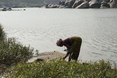 Donne di Hindú che lavano i vestiti Hampi, India Immagini Stock