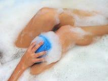 Donne di lavaggio in un bagno Fotografie Stock
