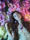 Donne di modo di bellezza con il fondo dei fiori Estate e primavera immagine stock libera da diritti
