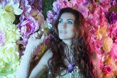 Donne di modo di bellezza con il fondo dei fiori Estate e primavera immagini stock libere da diritti