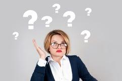 Donne di pensiero con i punti interrogativi su fondo bianco Immagine Stock Libera da Diritti
