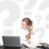 Donne di pensiero con i punti interrogativi su fondo bianco Fotografia Stock Libera da Diritti
