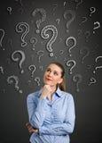 Donne di pensiero con il punto interrogativo Immagini Stock Libere da Diritti