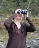 donne di sguardo binoculari giovani Immagine Stock Libera da Diritti