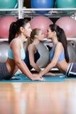 Donne di sport che fanno allungando esercizio sulle stuoie Fotografia Stock Libera da Diritti