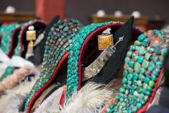 Donne di Zanskari che indossano il copricapo tradizionale etnico di Ladakhi fotografie stock