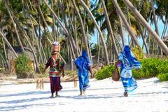 Donne di Zanzibar sulla spiaggia sabbiosa Immagine Stock