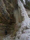Donne dietro la cascata congelata Fotografie Stock Libere da Diritti