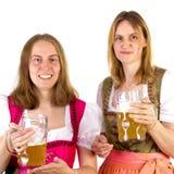 Donne in dirndl che presenta doppia birra Fotografia Stock Libera da Diritti