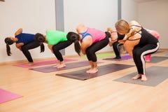 Donne durante la classe di yoga Fotografia Stock