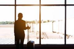 Donne e bagagli del viaggiatore al concetto di viaggio del terminale di aeroporto fotografie stock libere da diritti