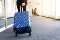 Donne e bagagli del viaggiatore al concetto di viaggio del terminale di aeroporto fotografia stock