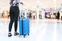 Donne e bagagli del viaggiatore al concetto di viaggio del terminale di aeroporto immagine stock