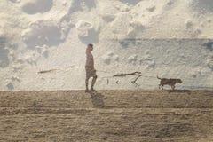 Donne e cane nella spiaggia Immagini Stock