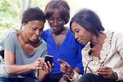 Donne e telefono cellulare Fotografia Stock